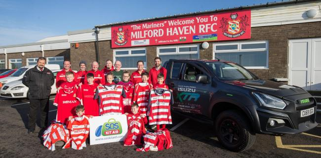 Nicky Robinson with the Milford Under 10s and club officials.